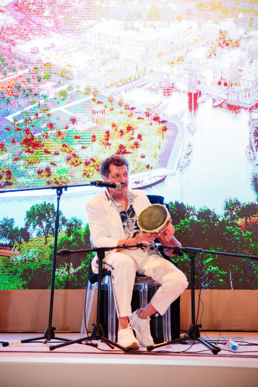 Dünyanın sayılı perküsyon ustalarından olan Burhan Öçal ve ekibinin doyumsuz performansı, gecenin ritmini zirveye çıkardı.