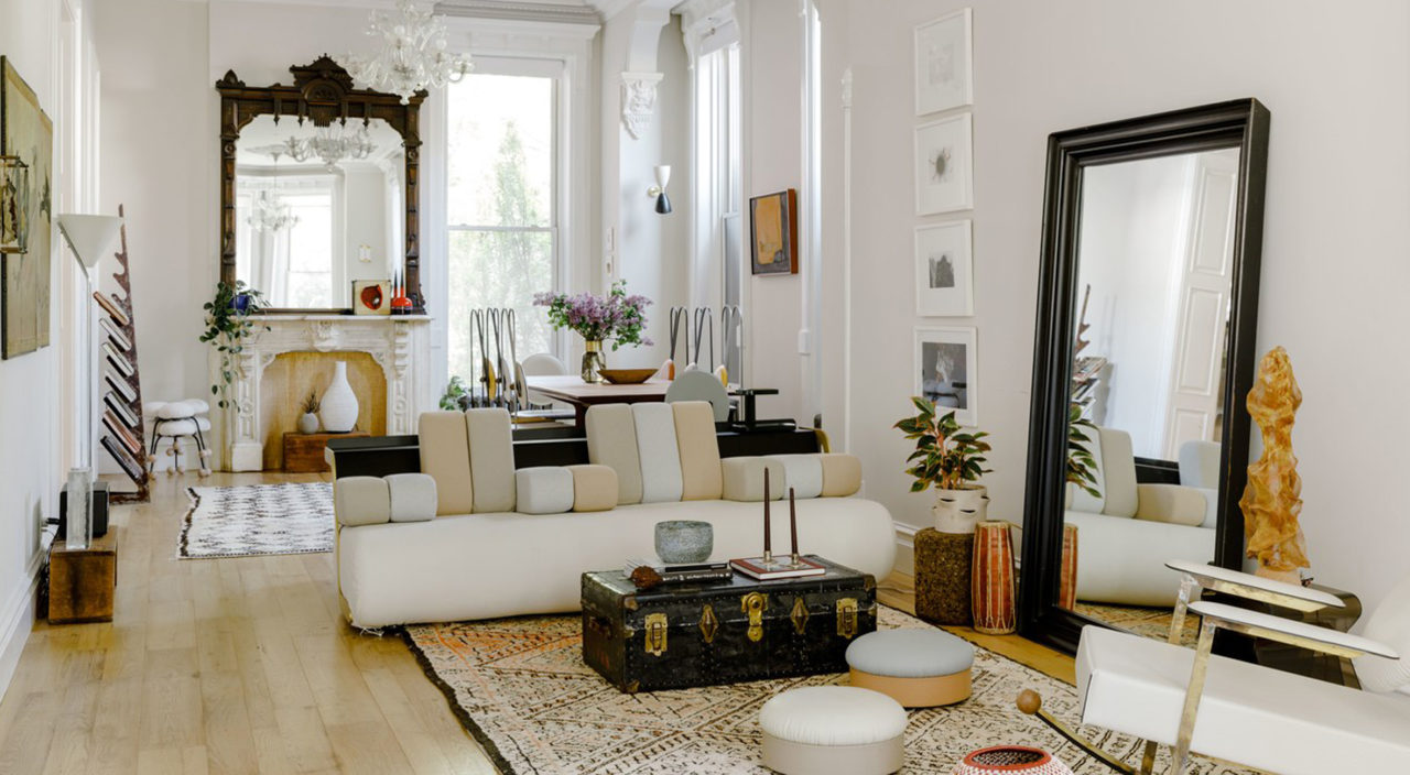 Küçük salonlarda bir duvarı tamamen aynayla kaplamak, mekânı daha büyük gösterirken ortama ışıltılı bir aydınlık katacaktır.
