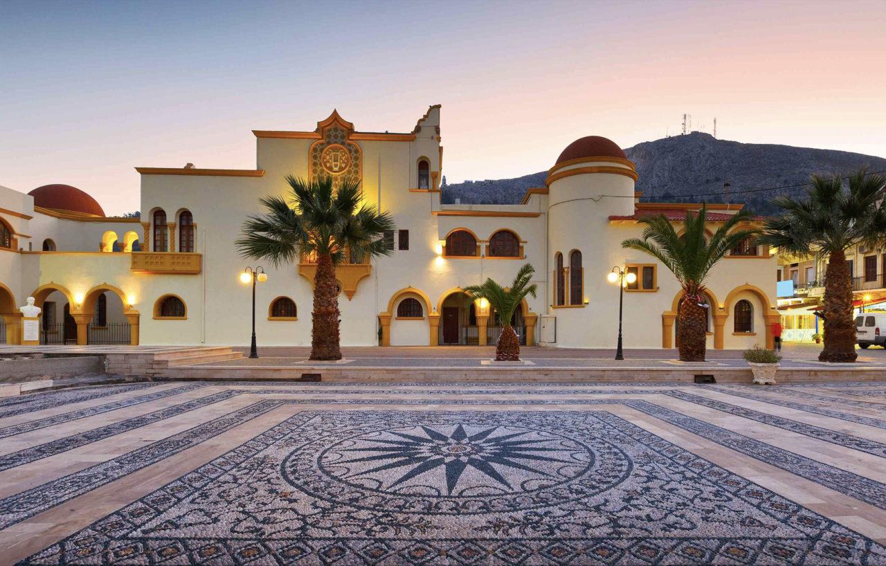 Kalymnos, Ege'nin karakteristik mimarisini yansıtan yapıları ve beyaz-mavi sevimli evleriyle tipik bir Yunan adası.