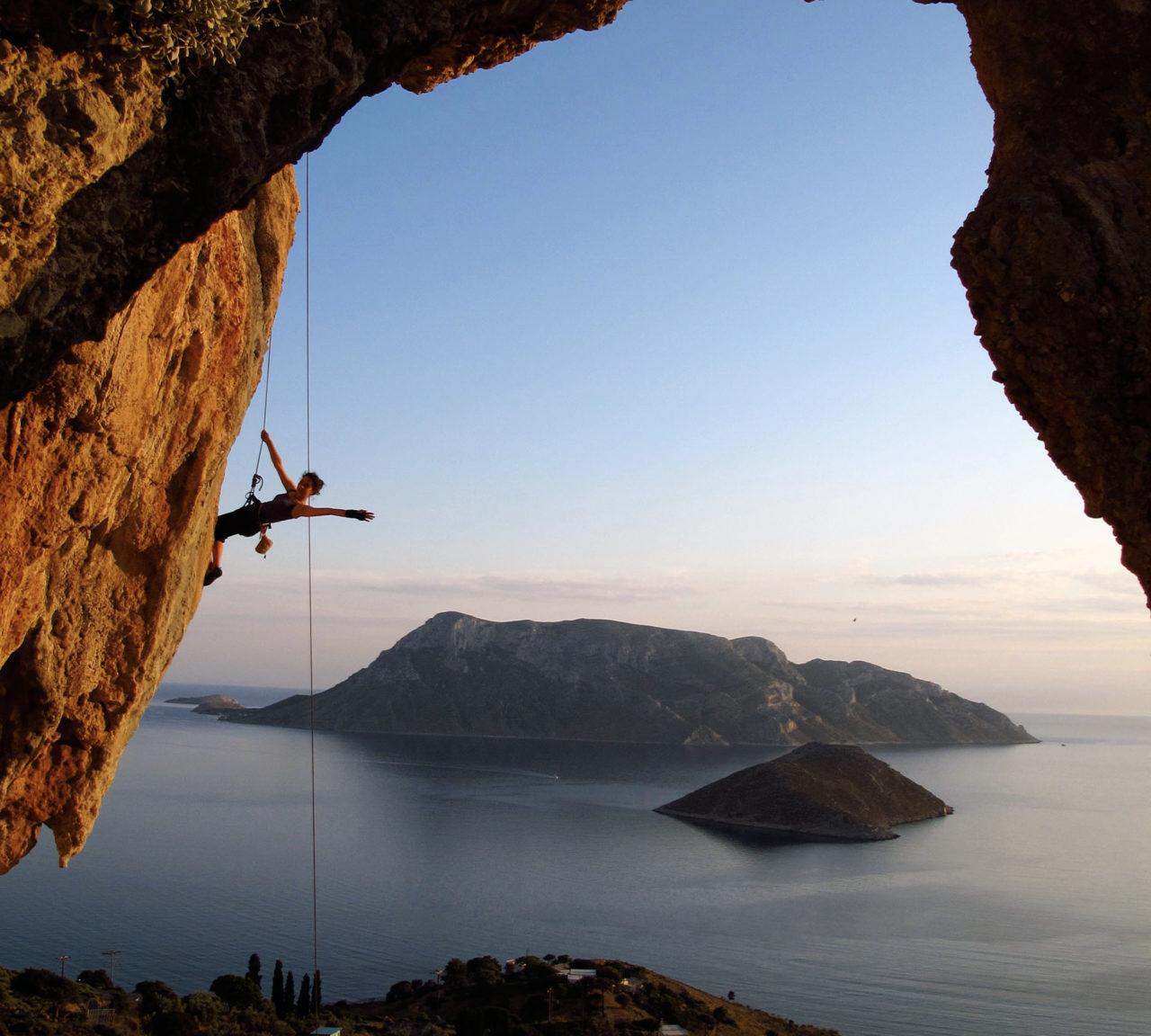 Kalymnos, uluslararası kaya tırmanışçılarının gözde adreslerinden. Tırmanış alanlarında güvenlik işaretleri yer alıyor.