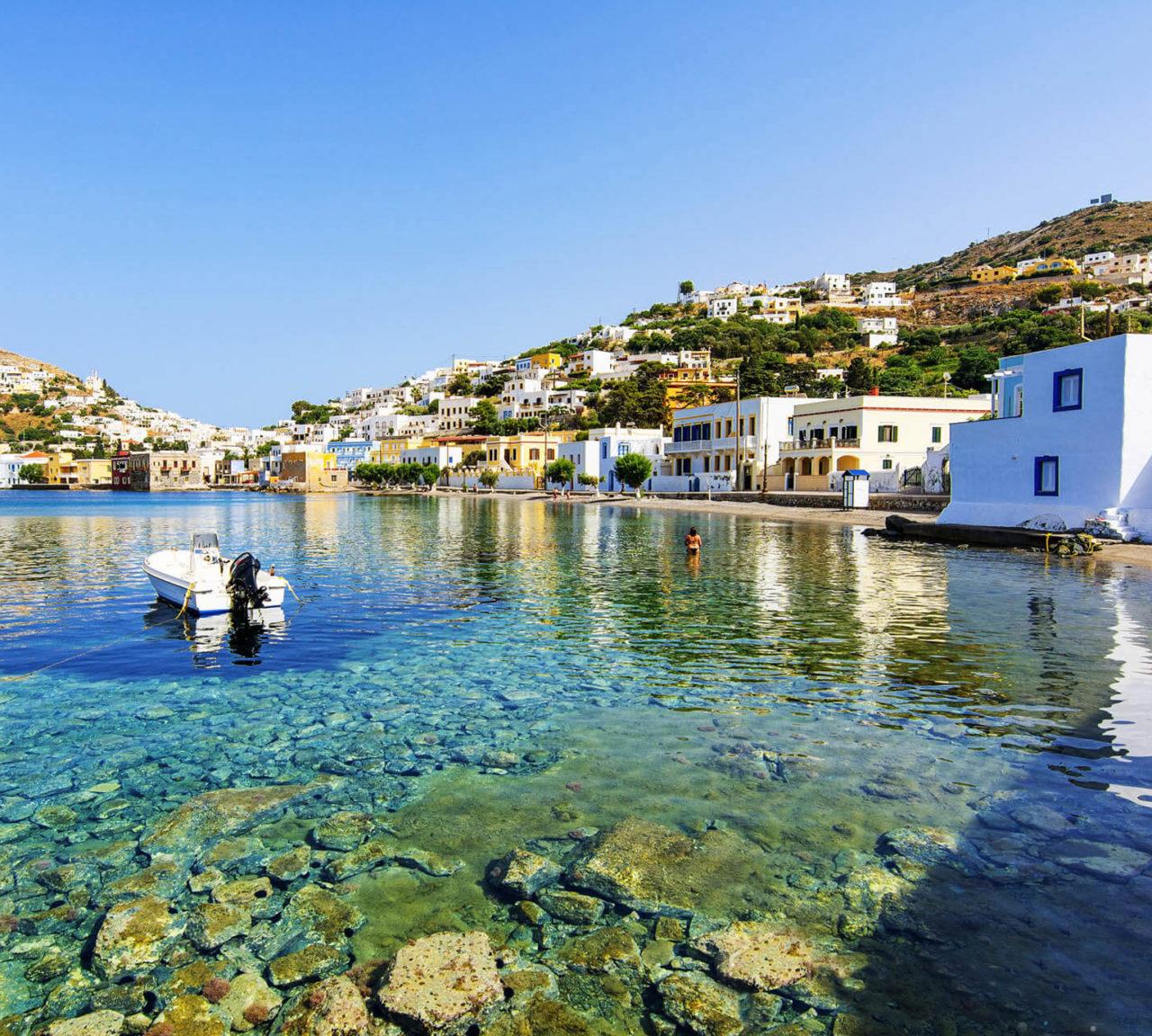 Leros, küçük bir ada olmasına rağmen küçük pek çok koydan oluşan kıyı şeridinin her köşesinden denize girilebiliyor.