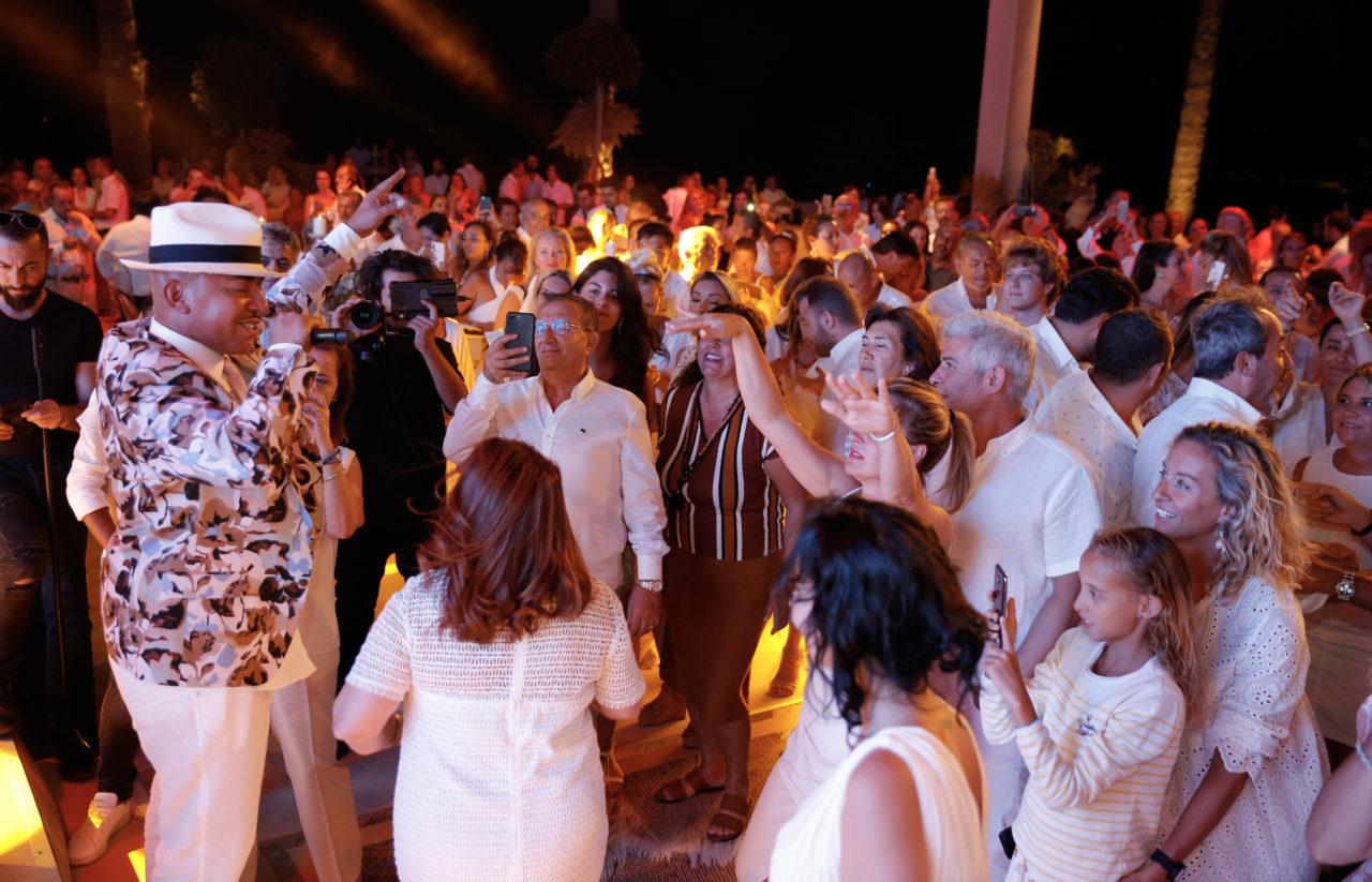 Davetliler, Latin müziğin sevilen yıldızı Lou Bega'nın dünya listelerini altüst eden kült şarkılarına eşlik ettiler.