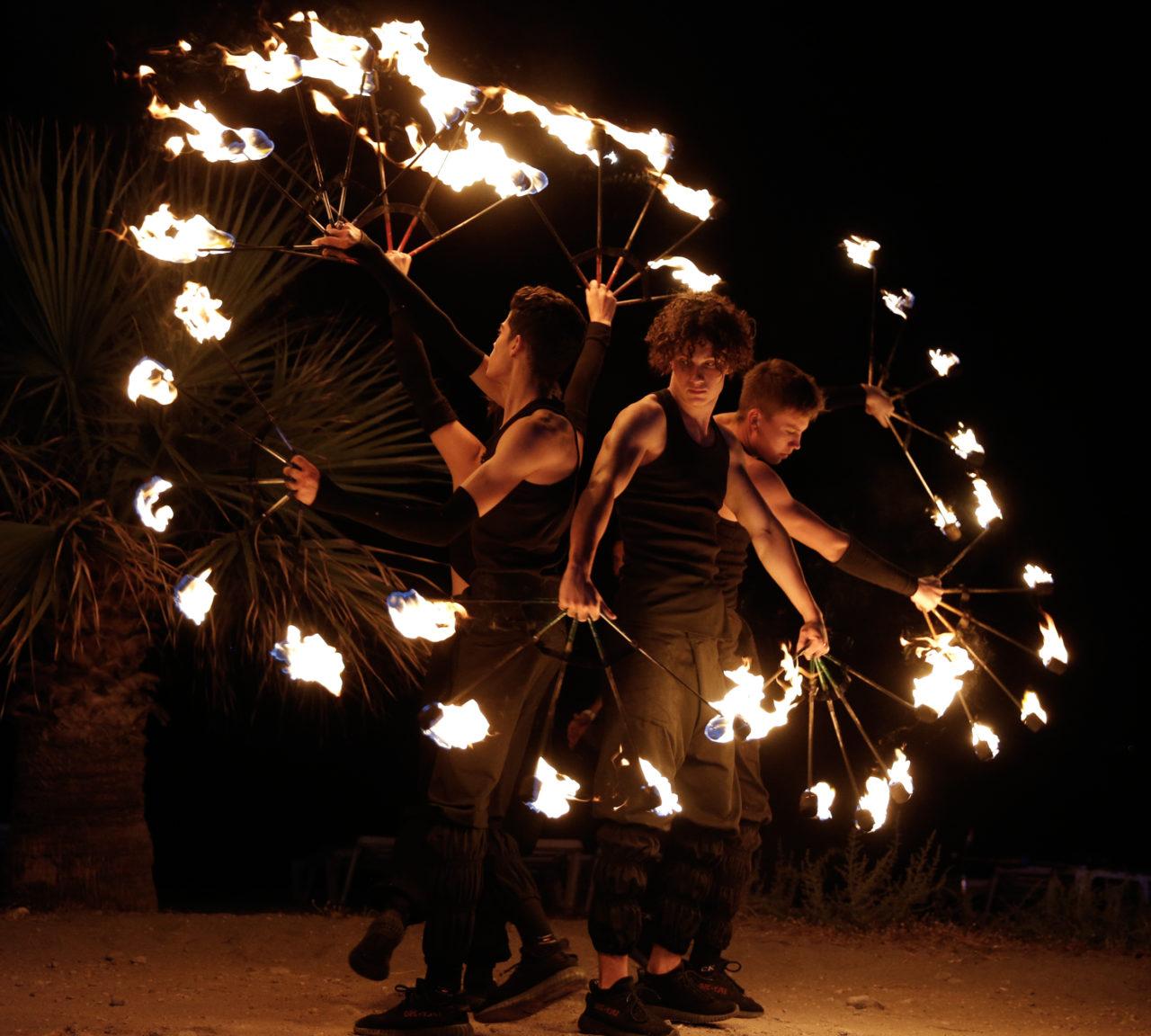 Geceye renk katan ateş dansçılarının gösterileri ilgiyle izlendi.