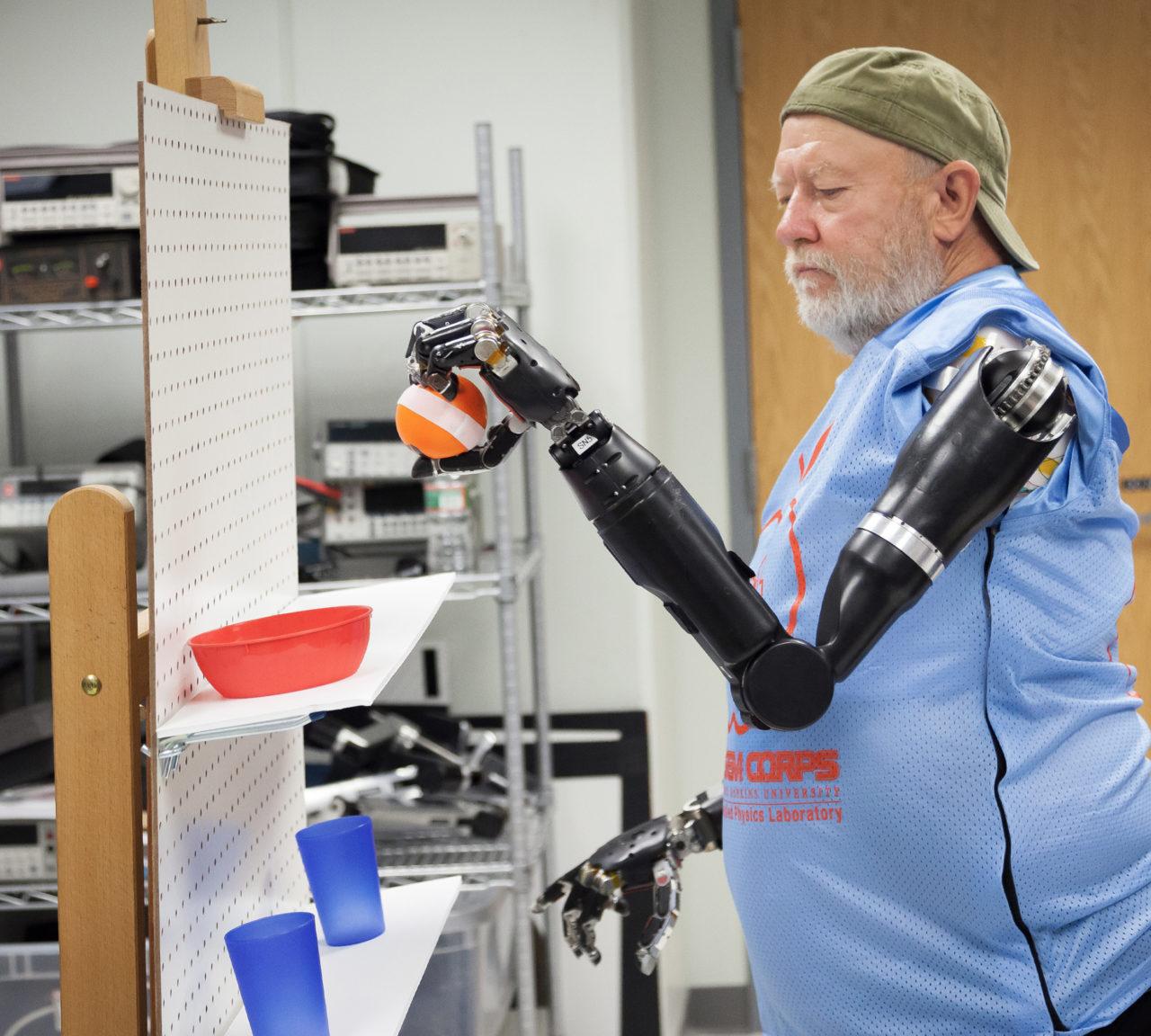 40 yıl önce kazada kollarını kaybeden Les Baugh, düşünce gücüyle kontrol ettiği robot proteziyle karmaşık işler yapabiliyor.