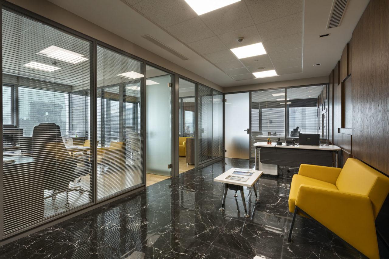 Ömer Bey, Antplato'nun 9. katındaki 172 metrekarelik Shell&core ofislerinden birini Ant Yapı'nın mimarlarıyla birlikte hayallerindeki ofise dönüştürmüş.