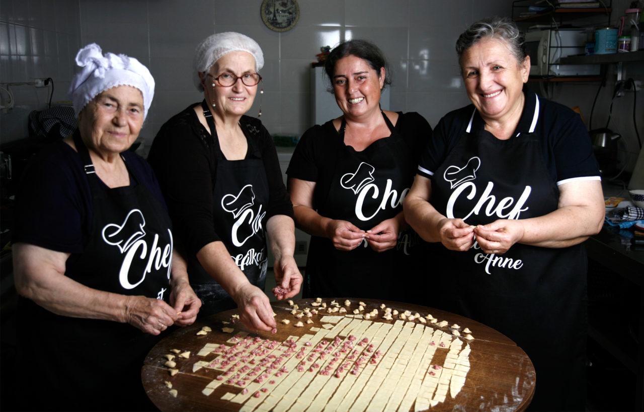 Altın Kızlar'ın Mutfak Kanunları'nda hijyen ve düzen ana kural. Bu mutfak, uyum içinde, sevgiyle, şevkle işliyor.