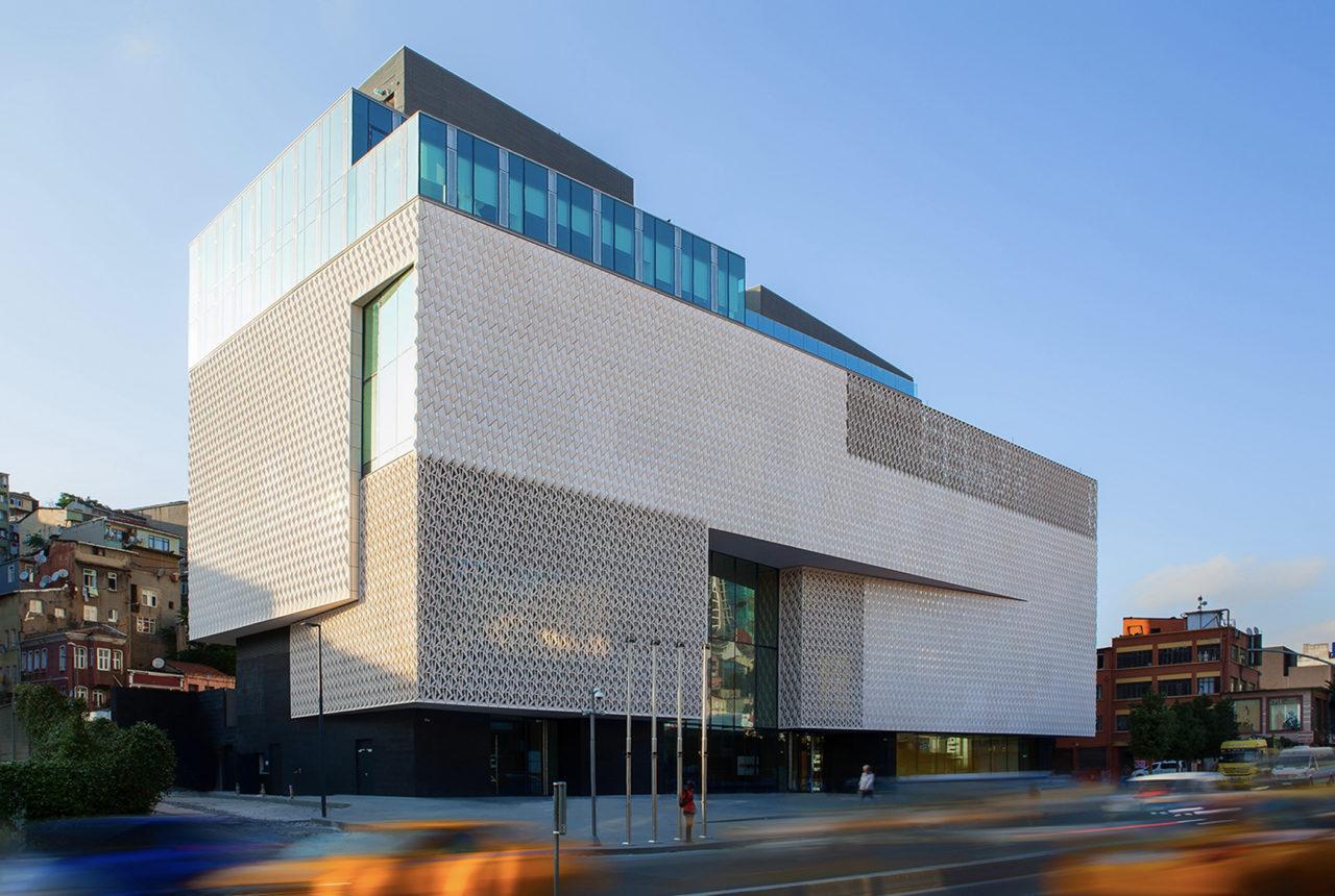 """Arter'in Dolapdere'deki binası da başlıbaşına bir sanat eseri. Mimarisi """"şeffaflık ve akışkanlık"""" motiflerinden esinleniyor."""