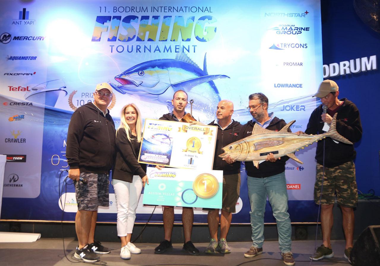 Bodrum Uluslararası Sportif Balıkçılık Turnuvası'nda birinci gelen Planos ekibine ödülünü Ant Yapı Kurumsal İletişim, Pazarlama ve Satıştan Sorumlu Genel Koordinatörü Fatma Çelenk takdim etti.