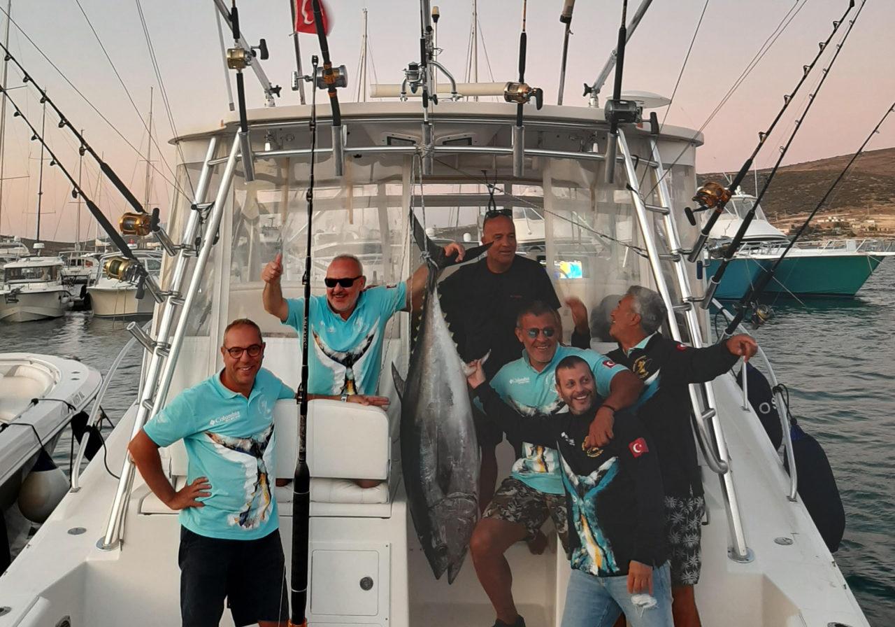 Şenol Tutçu, Mehmet Okay, Ömer Kaptan, Ali İsmet Ural, Murat Kuyu (Kaptan), Harun Malkoçlar'dan oluşan Ant Yapı ekibi bu yıl, Port Alaçatı Marina'ya 87 kg'lık orkinosla döndü.