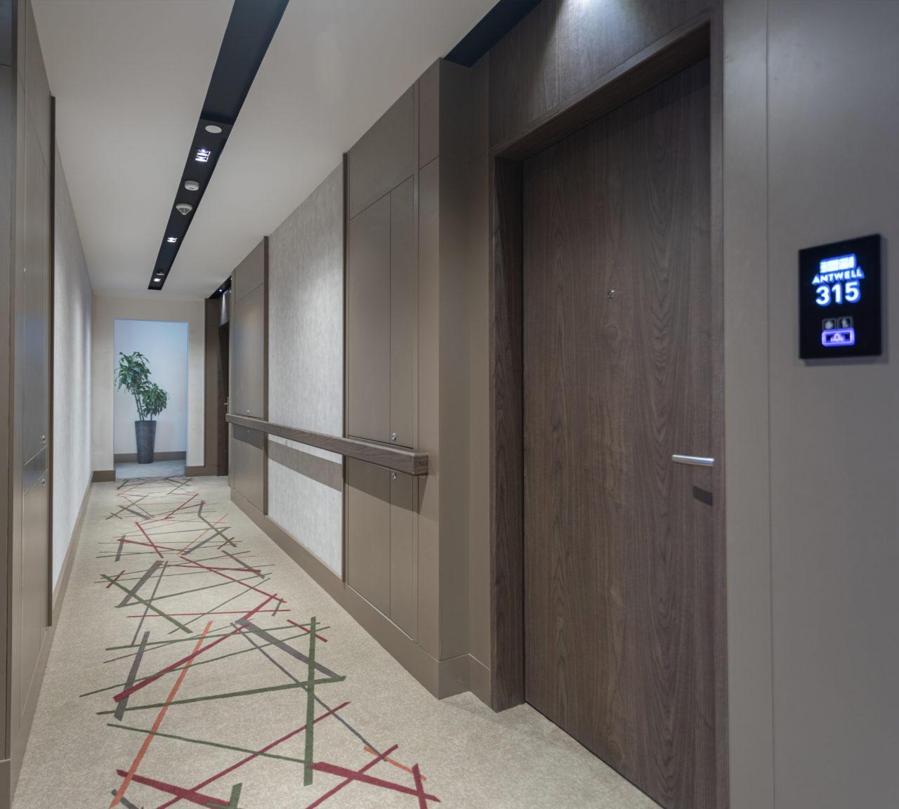 Koridorlar aydınlatma ve yürümeyi kolaylaştırıcı tırabzanların yanı sıra tekerlekli iskemleye manevra alanı sağlıyor.