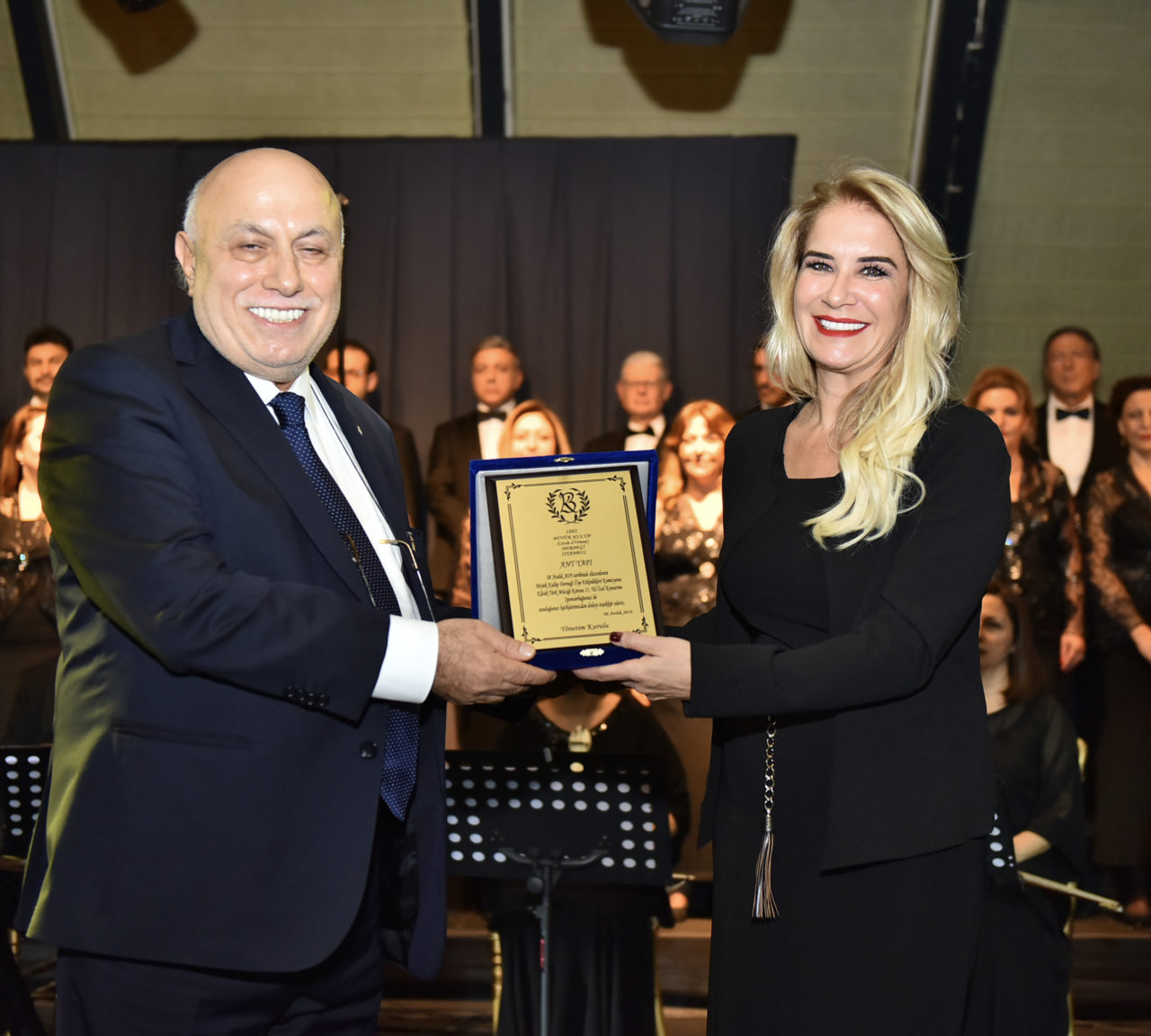 Büyük Kulüp'ün teşekkür plaketini, Ant Yapı adına Genel Koordinatör Fatma Çelenk, Genel Sekreter Erkan Ülker'in elinden aldı.