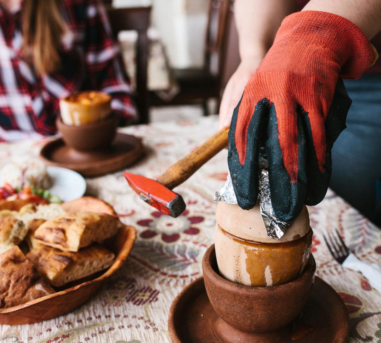 """Kapadokya'nın testi kebabı tanrısal bir lezzet. """"Ağ Bakla"""" denilen tandırda kuru fasulye ve Nevşehir tava da not edilmeli."""
