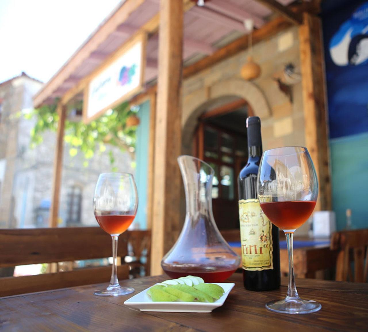 Çanakkale'de balık ve zeytinyağlı ot yemekleri yaygın. Bozcaada ve Gökçeada'da ise geleneksel şarap kültürü var.