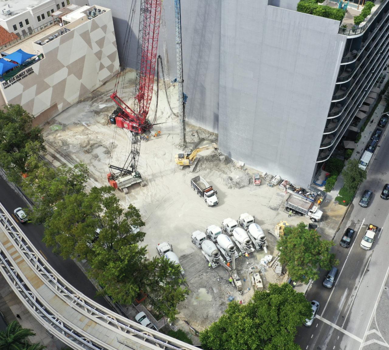 62 katlı 830 Brickell, Miami'nin merkezinde konumlanıyor ve şimdiden bölgenin en prestijli ofis kompleksi olmaya aday.