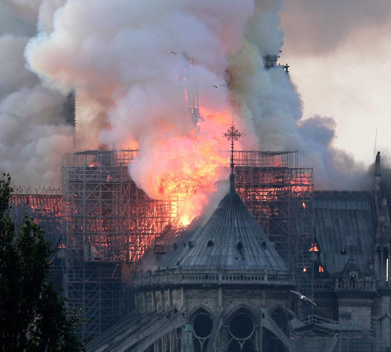 Katolik dünyasının sembol binası Notre Dame, Victor Hugo'nun ünlü eserine de ilham vermiş bir sanat ve tarih abidesiydi.